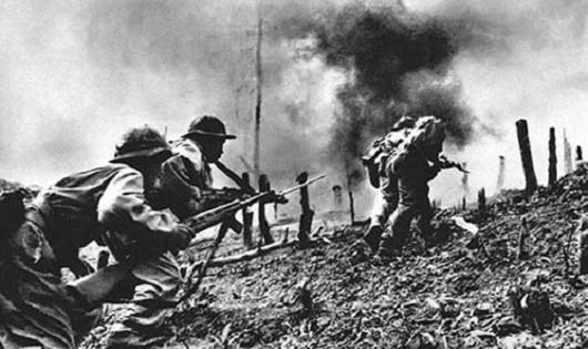 Quân Giải phóng xung phong chiếm các mục tiêu của địch tại Khe Sanh.