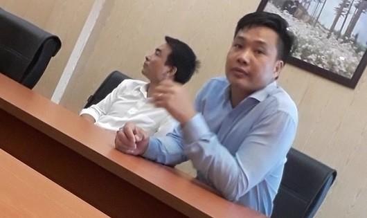 Hai đối tượng hành hung phóng viên (ảnh PV báo GĐVN cung cấp)