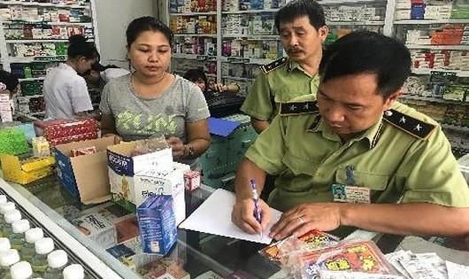 Lực lượng chức năng kiểm tra nhà thuốc Minh Châu 2 (Ảnh: LLCN cung cấp)