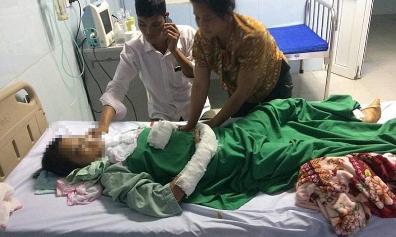 Nữ sinh Lò Thị T. khi được điều trị tại Bệnh viện Đa khoa tỉnh Lai Châu - (Ảnh: Báo LĐ)