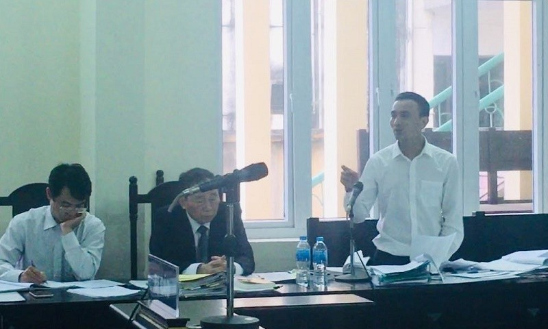 Bùi Văn Khương đang chỉ ra nhiều điểm vô lý trong biên bản bắt người phạm tội quả tang của Đồn Biên phòng Hải Hòa.