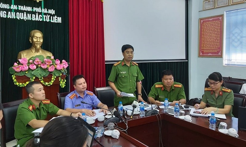 Trung tá Nguyễn Bình Ngọc – Phó trưởng công an quận Bắc Từ Liêm trả lời các câu hỏi của phóng viên