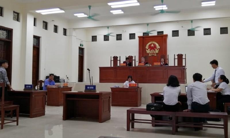 10h36 phút, HĐXX bắt đầu vào làm việc, do các bị cáo không đến nên quyết định hoãn phiên tòa để ra quyết định bắt tạm giam đối với các bị cáo.