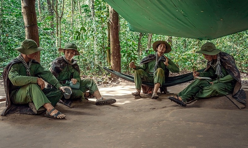 Hình phục dựng cảnh sinh hoạt trong khu Địa đạo của chiến sĩ cách mạng .