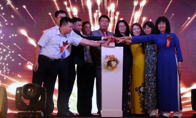 Lãnh đạo Thiên Lộc bấm nút vàng kỷ niệm 10 năm ngày thành lập.