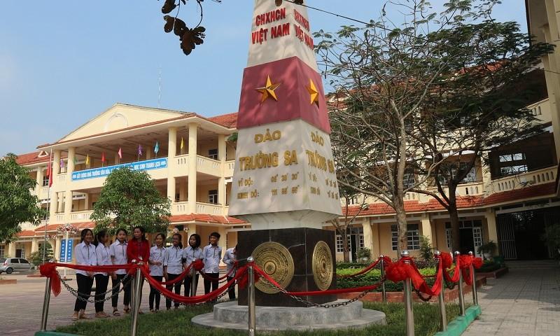 Cột mốc chủ quyền Trường Sa trong sân trường Kim Liên được khánh thành trong năm học 2015-2016.