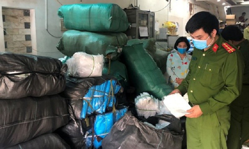 Lực lượng Cảnh sát kinh tế Công an quận Hà Đông kiểm tra kho chứa sản phẩm tại Công ty TNHH phát triển thương mại dịch vụ Hưng Thịnh Phát.
