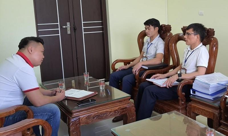 Chủ tịch xã Đông Tiến (đeo kính) và Phó Giám đốc BQLDA ĐTXD huyện Yên Phong tự ý đưa ra phương thức làm việc không áp dụng theo quy định của pháp luật, cản trở phóng viên tiếp cận toàn bộ hồ sơ liên quan đến dự án.