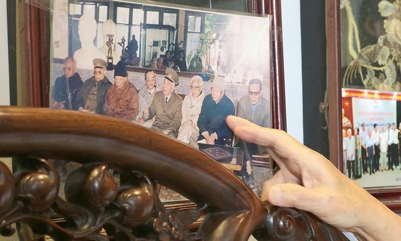 Những bức ảnh ghi lại các buổi gặp gỡ, họp mặt của các cựu chiến sĩ nhà tù Hỏa Lò.