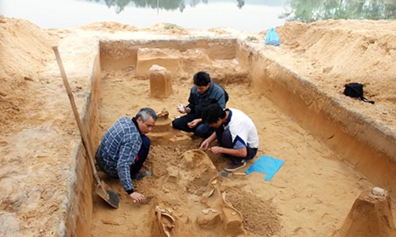 Cán bộ phòng Nghiên cứu- Sưu tầm Bảo tàng LSQG xử lý hiện trường khai quật khu di tích Bãi Cọi.
