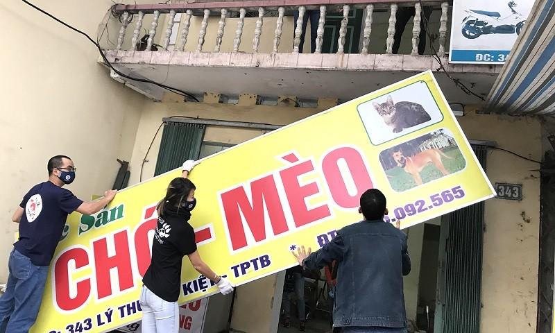 Biển quảng cáo quán thịt chó mèo đã bị dỡ bỏ.