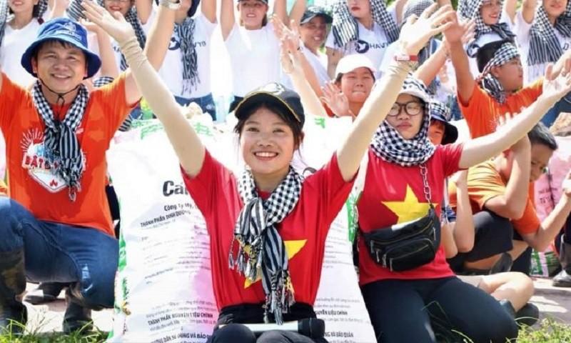 Nguyễn Ngọc Ánh (giữa) và cộng đồng Xanh Việt Nam ra quân dọn rác. (Ảnh: Nhân vật cung cấp)
