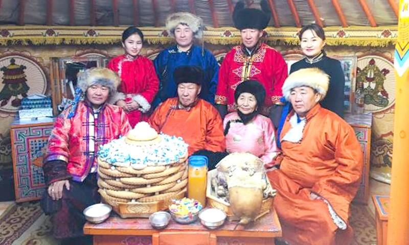 Một gia đình Mông Cổ trong Tết Trăng Trắng © Responsible Travel.