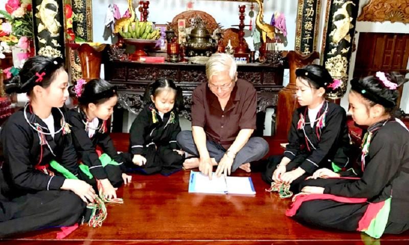 Ông Lục Văn Bảy, Chủ nhiệm CLB hát Soọng cô xã Ninh Lai (Sơn Dương) dạy hát cho các em nhỏ. (Ảnh: Báo Tuyên Quang)