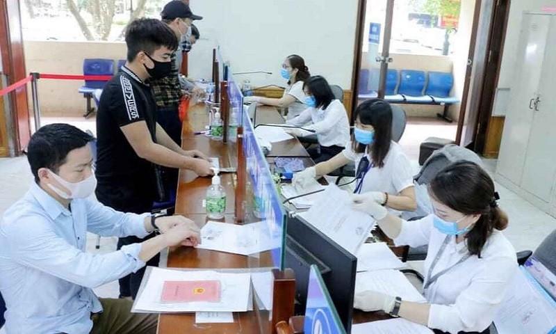 Bộ phận một cửa Sở Tư pháp Hà Nội giải quyết yêu cầu công việc cho người dân.