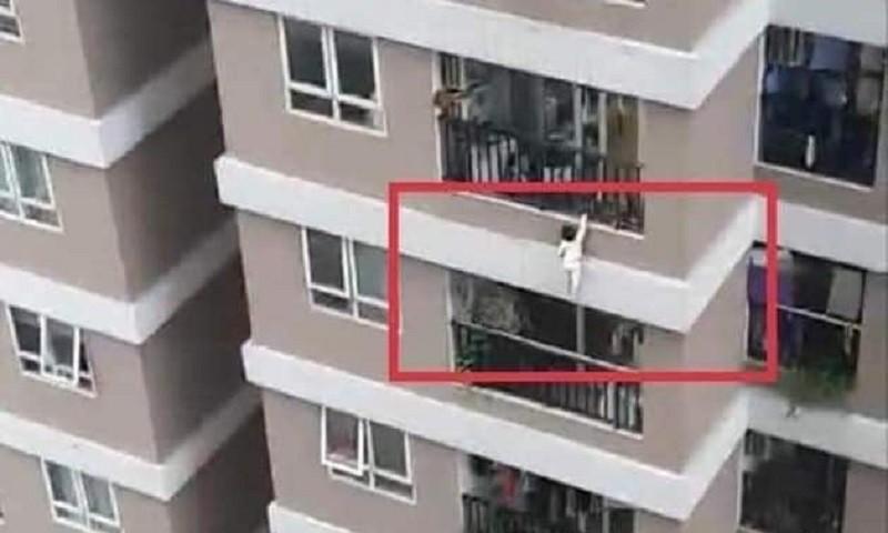 Vụ việc bé 3 tuổi rơi từ tầng 12A chung cư: Cần xem xét lại tiêu chuẩn thiết kế lan can, ban công chung cư cao tầng?