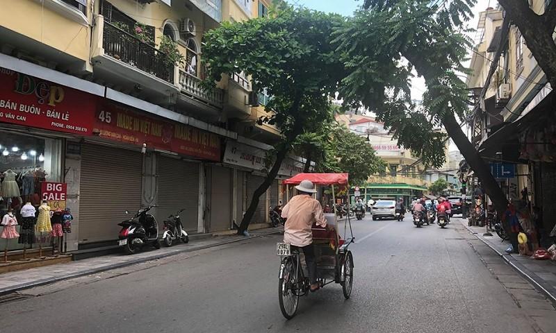 Các cửa hàng, khách sạn phố cổ đóng cửa, chịu lỗ nặng vì không có khách du lịch quốc tế.