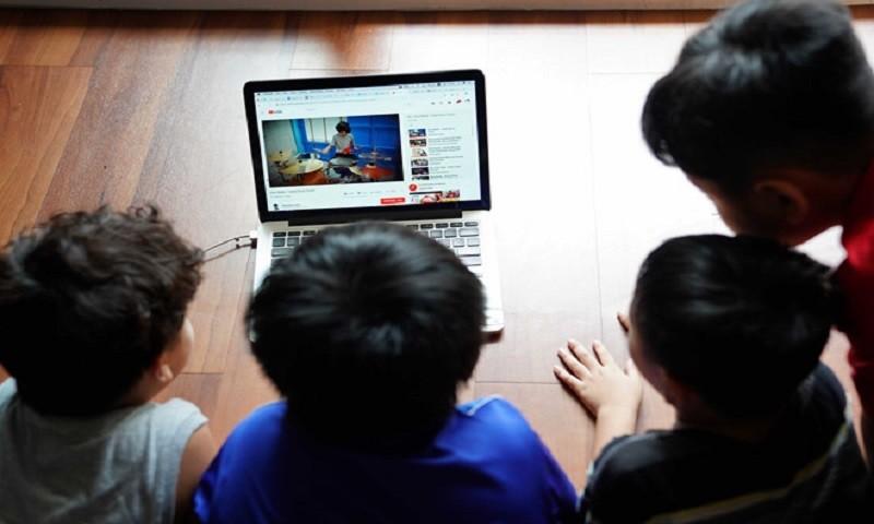 """Những trẻ nhỏ bị mạng xã hội """"bủa vây""""."""