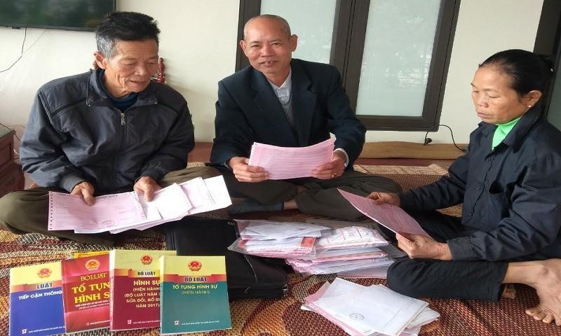 Ông Tuấn, ông Viết, bà Đủ soạn lại hành trang trong gần 6 năm theo đuổi việc tố cáo.