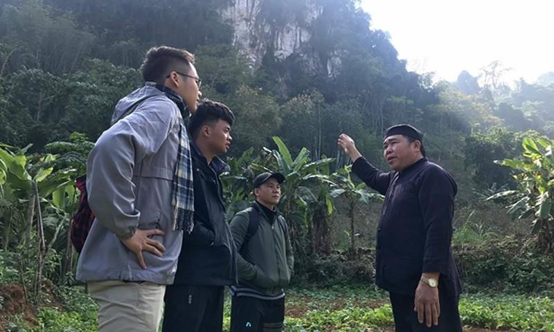 Chú Hà Văn Khởi từ tốn kể cho chúng tôi nghe về nguồn gốc tên bản và chỉ vào núi Dọi.