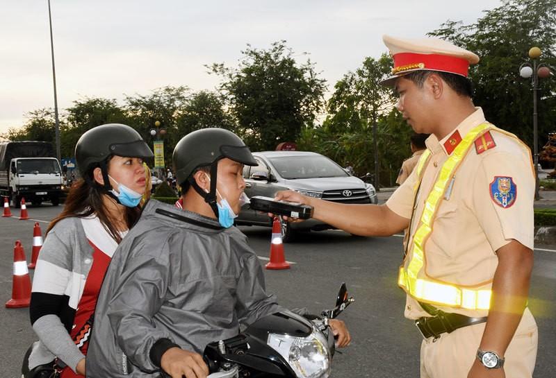 Tăng nặng mức phạt lái xe có nồng độ cồn, người ở Hà Nội nói gì?