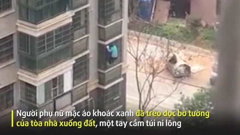 Cụ bà Vũ Hán trèo từ tầng 8 xuống đất vì thèm... thịt