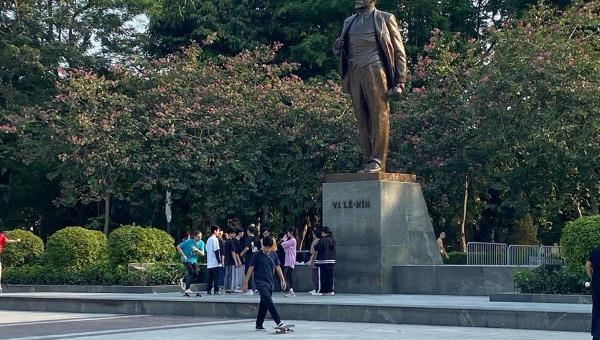 Liều lĩnh bỏ khẩu trang, tụ tập 'buôn chuyện' giữa Công viên Lê-nin Hà Nội