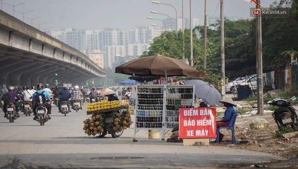 Người Hà Nội đổ xô mua, lề đường nhan nhản biển bán bảo hiểm xe máy 20.000 đồng