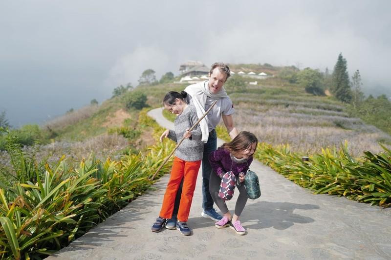 Bạn trai mới của cô cũng đồng hành cùng hai mẹ con (Ảnh: FBNV) - Tin sao Viet - Tin tuc sao Viet - Scandal sao Viet - Tin tuc cua Sao - Tin cua Sao