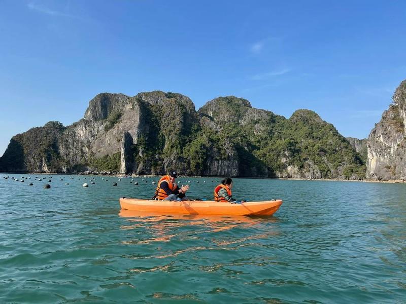 Bạn trai Tây hướng dẫn con trai Hồng Nhung chèo thuyền (Ảnh: FBNV) - Tin sao Viet - Tin tuc sao Viet - Scandal sao Viet - Tin tuc cua Sao - Tin cua Sao