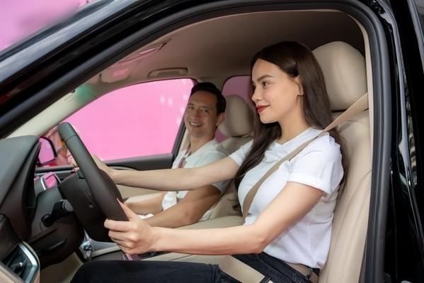 Hồ Ngọc Hà là người rành đường nên cô đảm nhận vị trí lái xe chính (Ảnh: FBNV) - Tin sao Viet - Tin tuc sao Viet - Scandal sao Viet - Tin tuc cua Sao - Tin cua Sao
