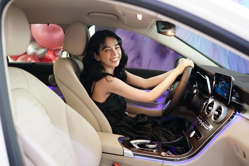 Nữ DJ sinh năm 1995 thích thú khi được trải nghiệm xe mới (Ảnh: FBNV) - Tin sao Viet - Tin tuc sao Viet - Scandal sao Viet - Tin tuc cua Sao - Tin cua Sao