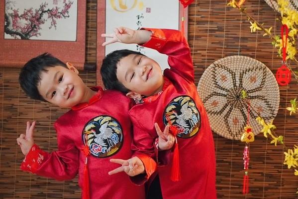 Hai vợ chồng Baggio đưa hai con đi Phước Lộc Thọ cho biết với người ta, nghe tiếng pháo rôm rả trong cả khu người Việt, thấy vui thiệt vui. (Ảnh: FBNV) - Tin sao Viet - Tin tuc sao Viet - Scandal sao Viet - Tin tuc cua Sao - Tin cua Sao