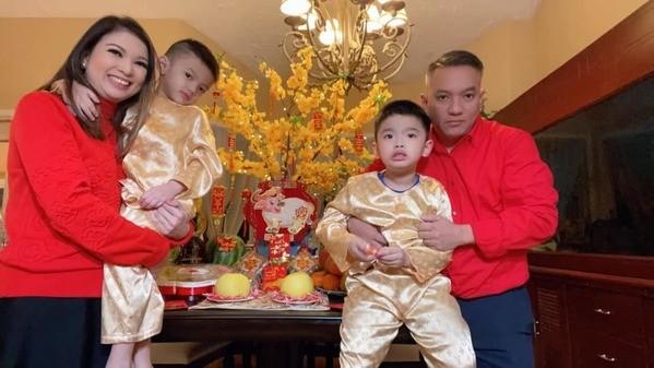 Vợ chồng Phạm Thanh Thảo diện sắc đỏ còn hai cậu con trai diện sắc vàng để lấy hên. (Ảnh: FBNV) - Tin sao Viet - Tin tuc sao Viet - Scandal sao Viet - Tin tuc cua Sao - Tin cua Sao