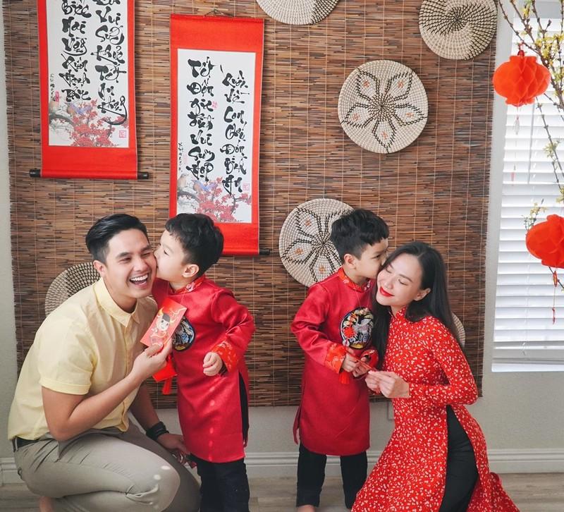 Hai vợ chồng cũng thực hiện nghi thức lì xì cho hai con. (Ảnh: FBNV) - Tin sao Viet - Tin tuc sao Viet - Scandal sao Viet - Tin tuc cua Sao - Tin cua Sao