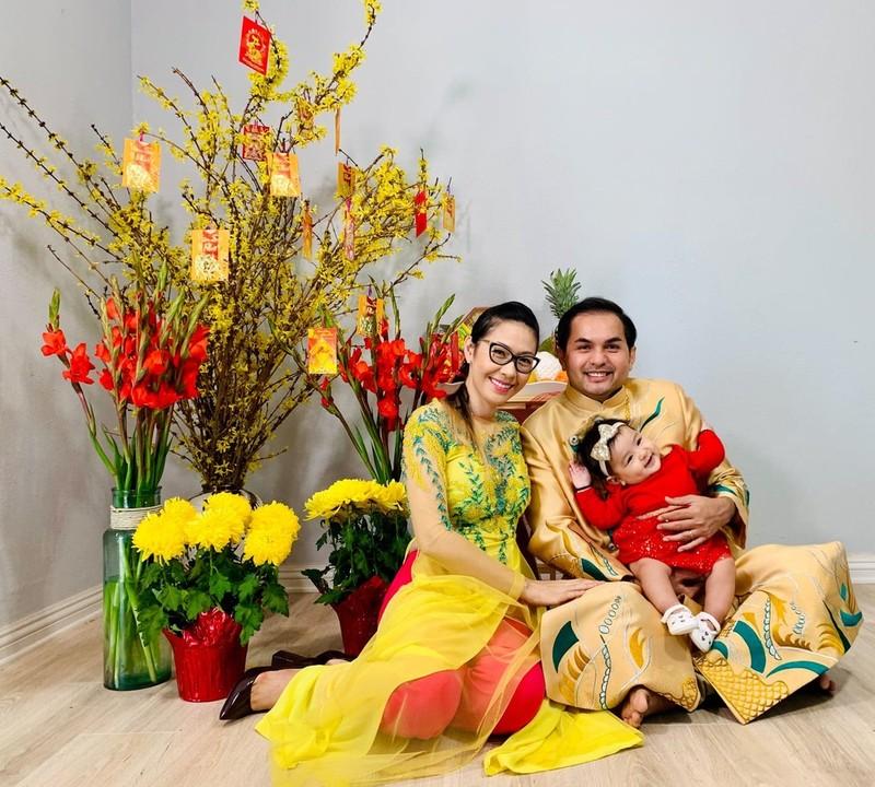 Vợ chồng nam diễn viên Vòng xoáy tình yêu cũng ưu tiên diện áo dài trong những đầu Xuân. (Ảnh: FBNV) - Tin sao Viet - Tin tuc sao Viet - Scandal sao Viet - Tin tuc cua Sao - Tin cua Sao