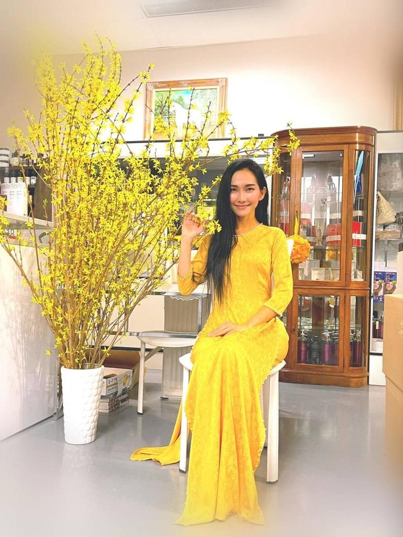 Kim Hiền diện trang phục vàng hợp với phong thủy. (Ảnh: FBNV) - Tin sao Viet - Tin tuc sao Viet - Scandal sao Viet - Tin tuc cua Sao - Tin cua Sao
