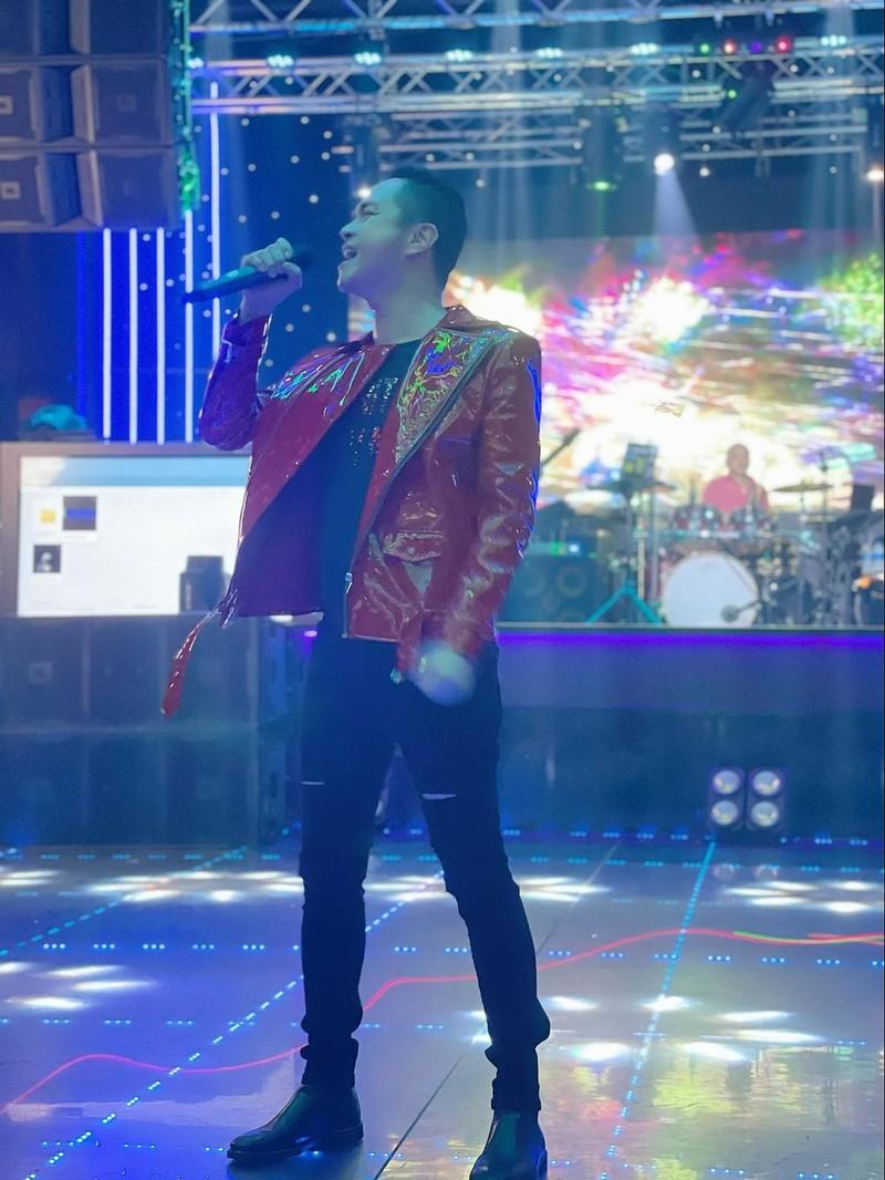 Anh cũng diện trang phục có sắc đỏ để khởi hành đầu năm. (Ảnh: FBNV) - Tin sao Viet - Tin tuc sao Viet - Scandal sao Viet - Tin tuc cua Sao - Tin cua Sao