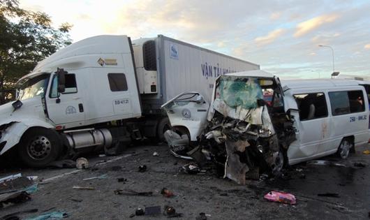 Hiện trường vụ tai nạn kinh hoàng khiến 13 người tử vong tại Quảng Nam