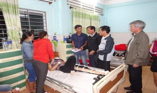 Ban ATGT tỉnh Gia Lai  thăm hỏi người bị thương sau tai nạn