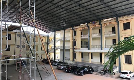 Lợp mái tôn sân TAND tỉnh Phú Thọ để phục vụ phiên xử cựu trung tướng Phan Văn Vĩnh
