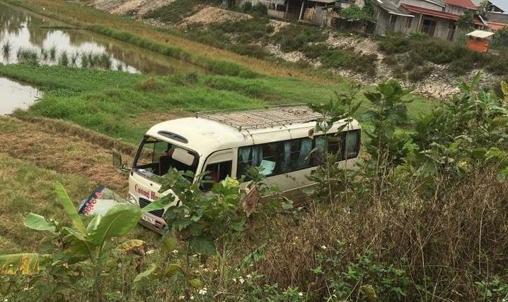 Xe khách mất lái lao xuống ruộng khiến 7 người bị thương