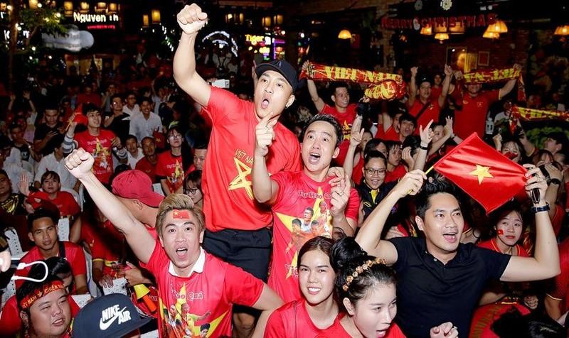 Đêm tưng bừng mừng Cup Vô địch khắp mọi miền Tổ quốc