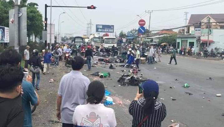 Ô tô container tông biến dạng hàng chục xe máy, 4 người thiệt mạng