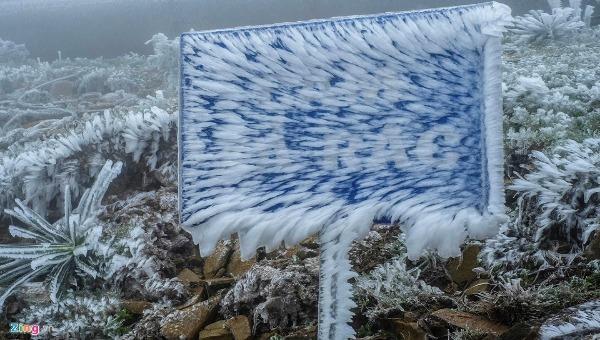 Ấn tượng cảnh ô tô, xe máy bị băng tuyết tạo hình khác lạ ở Mẫu Sơn