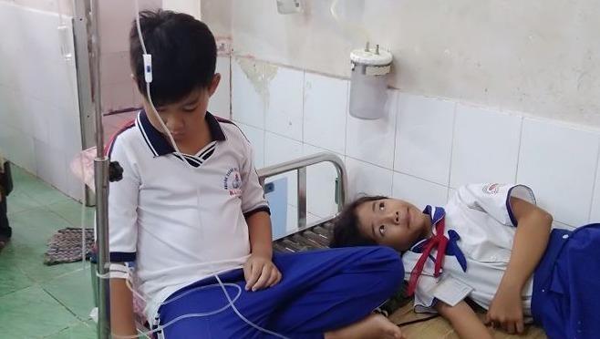 45 em học sinh nhập viện khi súc miệng bằng dung dịch Flour để phòng sâu răng