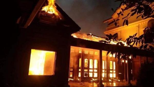 Ngôi nhà gỗ tiền tỷ bị thiêu rụi tài sản do thắp hương ngày Tết