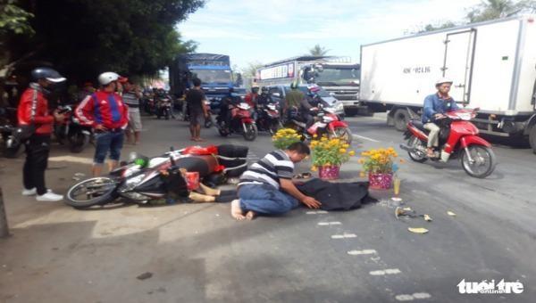 Cả gia đình đi xe gắn máy va chạm xe khách giường nằm làm 1 người tử vong tại chỗ