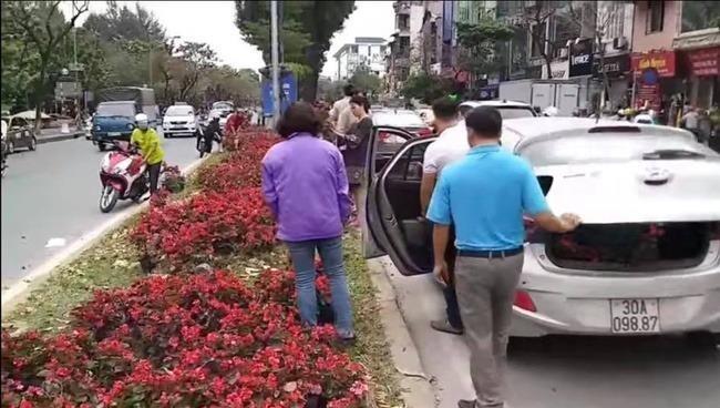 """Lãnh đạo Cty Công viên cây xanh Hà Nội lên tiếng trước cảnh người dân """"hôi"""" hoa trên đường Kim Mã"""