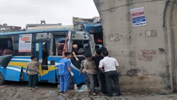 Xe khách đâm thẳng vào trụ cầu vượt biến dạng, nhiều người bị thương